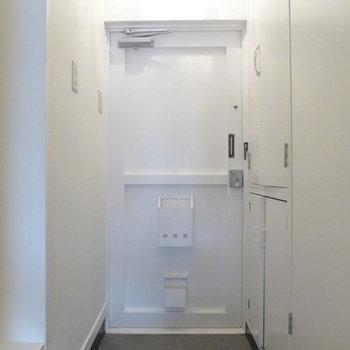 玄関ドアもどことなくレトロです