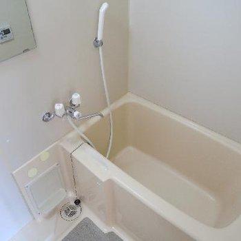 お風呂はちょいとこじんまり。