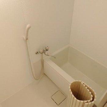 お風呂はきれいですが、広さはないです。※画像は同テイストの別室