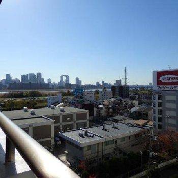 少し左を向くと淀川!スカイビルも見えますね〜※画像は8階です。