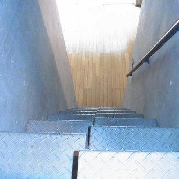 階段をくだると・・!