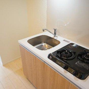 キッチンはコンパクトながら2口ガスコンロ!