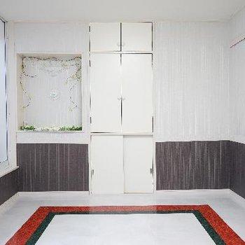 壁には飾り棚も設置してます!