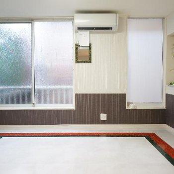 大きな窓と床が特徴的!