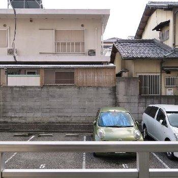 お部屋の裏手は駐車場です。