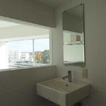 洗面台が浴室にあります※写真別部屋 ※写真は402号室