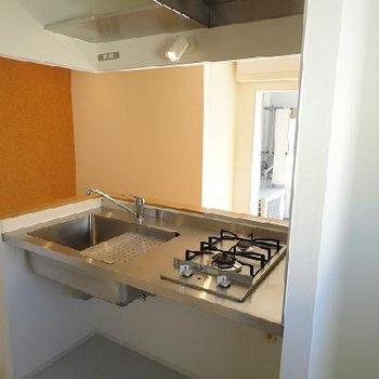 キッチンはシンプルですが機能的。