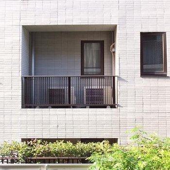 お向かいのマンションが見えます。※写真は別部屋です