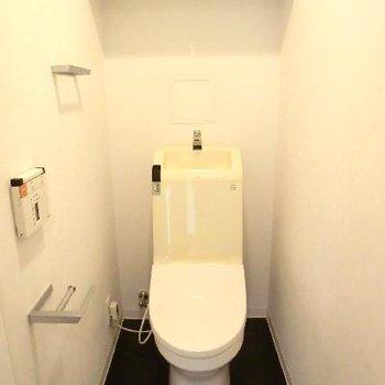 ペーパーホルダーが面白い!棚付きトイレ。