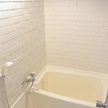 お風呂はコンパクト。上部と天井の間が少し隙間が開いています。※写真は別のお部屋です