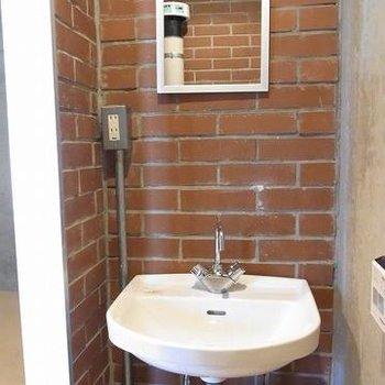 トイレ内にある洗面所。※写真は別のお部屋です
