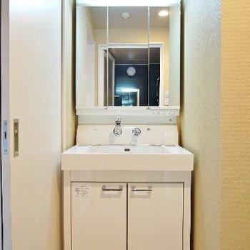 3面鏡にできる洗面台♪