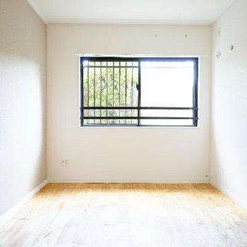 リビング横のお部屋は5.5帖!窓もあって明るいですね!