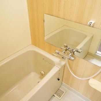 お風呂は追い焚き付き!アクセントシートと長い鏡を♪