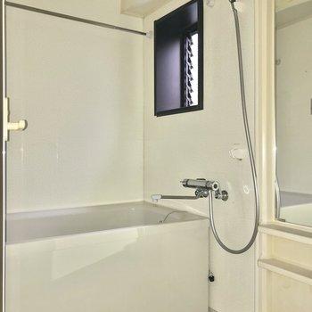 小窓付きのお風呂で換気も簡単に。※写真は通電前・フラッシュを使用しています
