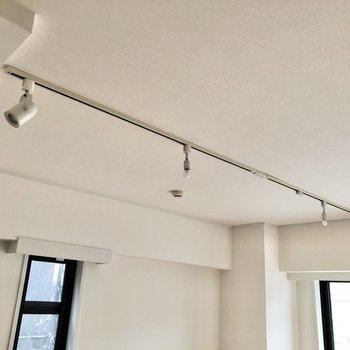 【LDK】天井にはスポットライトが輝きます。