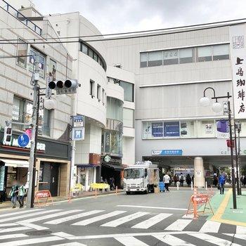 駅前にはハンバーガー屋さんやコーヒーショップがありました。