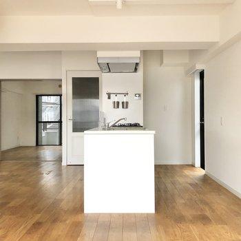 【LDK】キッチンが真ん中に位置するような間取りです。