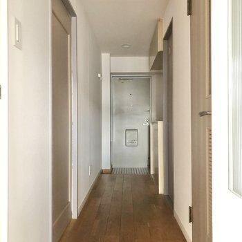 廊下はまっすぐに玄関へと伸びています。