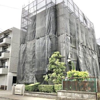 閑静な住宅街の中に建っています。※写真は外観工事中のものです