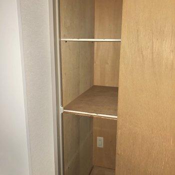 玄関横にはアウトドアグッズを入れるのにも便利な収納。※写真は通電前・フラッシュを使用しています