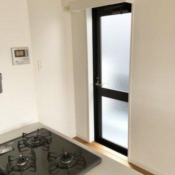 そしてキッチン横にもドアが。