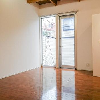 【1階】窓際に小さめのソファがあると良さそう。 ※写真は前回募集時のものです