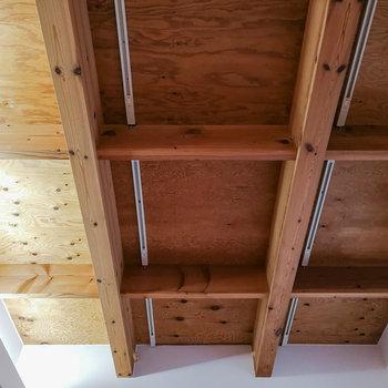 【1階】印象的な梁には間接照明と、ライティングレール。 ※写真は前回募集時のものです