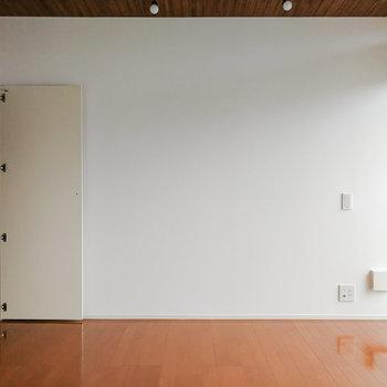 【2階】収納の扉の大きさとのバランスを考えると、TVは窓際の方が良いです。 ※写真は前回募集時のものです