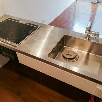 【1階】IHの三口コンロで調理も掃除もしやすく。 ※写真は前回募集時のものです