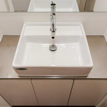 【2階】洗面台はシンプル。化粧品などはラックがあるとしまいやすいです。 ※写真は前回募集時のものです