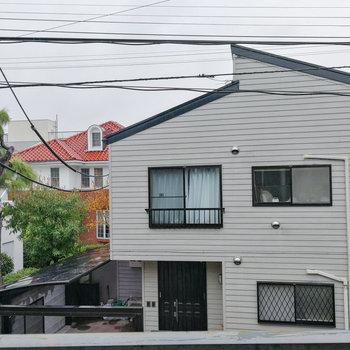 【2階】目の前にはご近所さん。 ※写真は前回募集時のものです