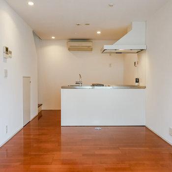 【1階】ダイニングテーブルはキッチンにくっつけて、カウンターのように。 ※写真は前回募集時のものです