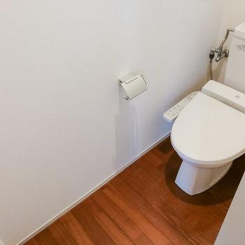 【1階】玄関前にトイレがあります。 ※写真は前回募集時のものです