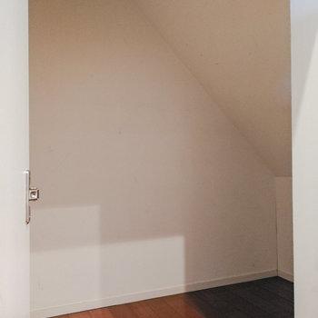 【1階】階段下スペースに収納が。掃除用具などに。 ※写真は前回募集時のものです