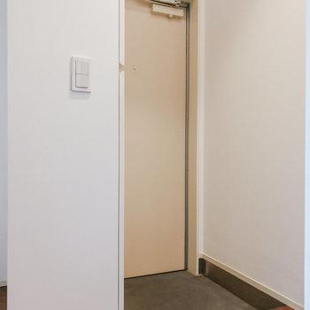 【1階】玄関前はすっきり。 ※写真は前回募集時のものです