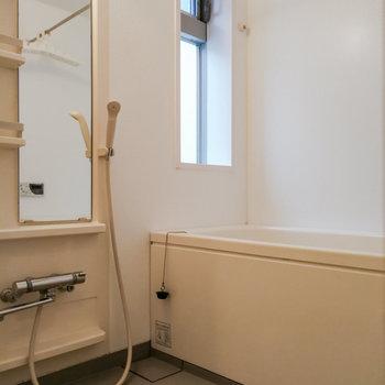 【2階】お風呂には換気しやすい窓が。これは嬉しい。 ※写真は前回募集時のものです