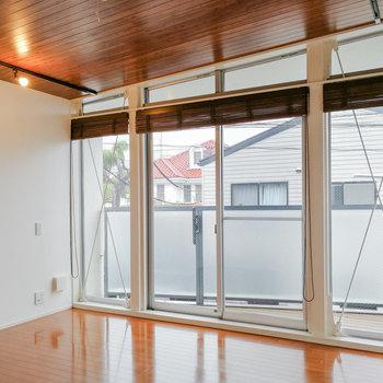 【2階】一面が窓の洋室!約7.1帖の広さです。 ※写真は前回募集時のものです