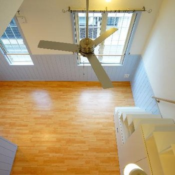 ロフトの上から。天井高い!※写真は別部屋