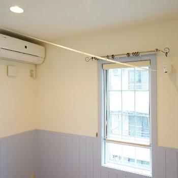 室内干し用のレールもあります。※写真は別部屋