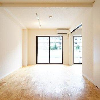 開放的なお部屋で、家具の配置も融通効きますね♪