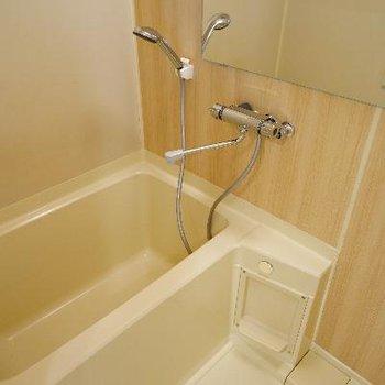 お風呂は木目シートと横長鏡を♪