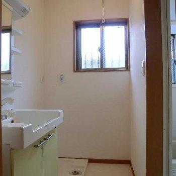 脱衣所にも小窓があります☆洗濯物干しレールがある!ポイント高い!