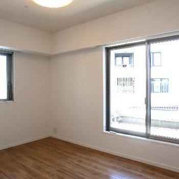 こちら寝室、ここも二面採光。大きな窓と大きなルーフバルコニーです!!