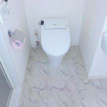 トイレは嬉しいウォシュレット付き。※写真は別部屋