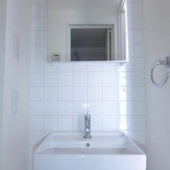 洗面台はコンパクト。収納はご自分で!※写真は別部屋