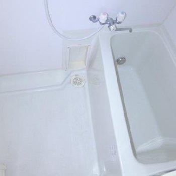 お風呂もコンパクトですが、問題ないです!※写真は別部屋