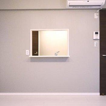 窓の向こうはキッチンです。※写真は同間取りの別部屋です。