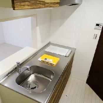 ステンレスなキッチン。※写真は同間取りの別部屋です。