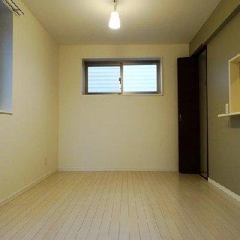 落ち着いた雰囲気のお部屋ですね。※写真は同間取りの別部屋です。
